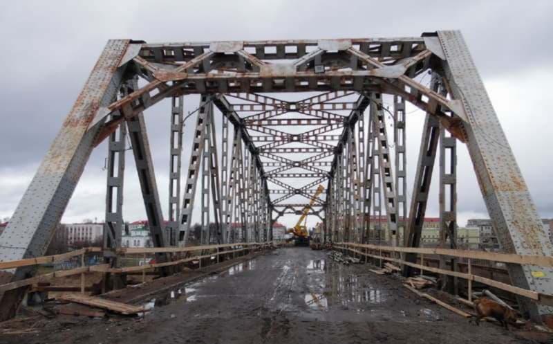 Металлическая арка на мосту в Полоцке