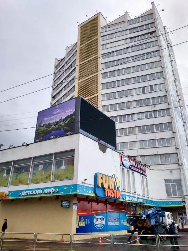рекламный экран на проспекте черняховского