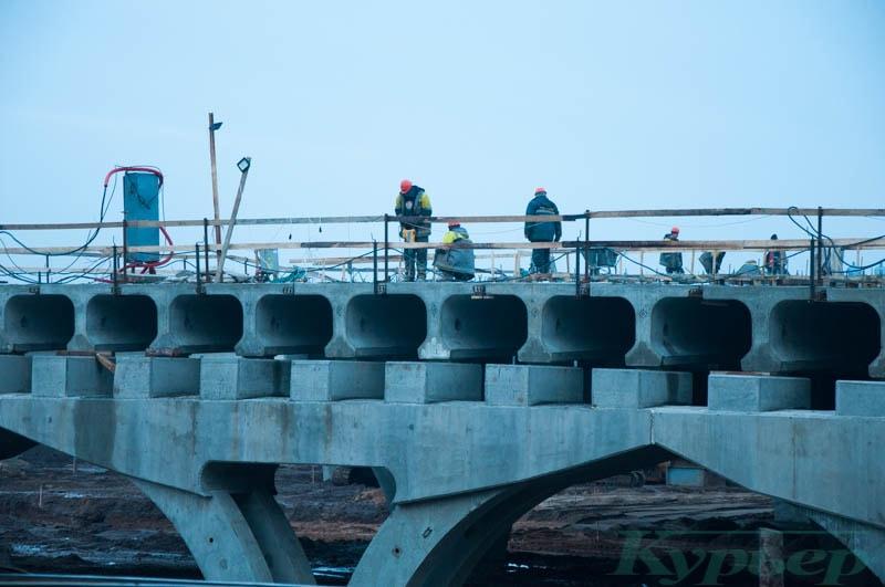 Рабочие на стройке путепровода