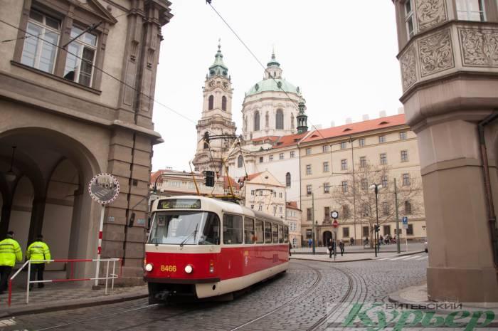 Трамвай едет по Праге