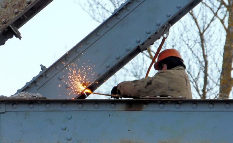 В Полоцке разбирают металлическую часть моста
