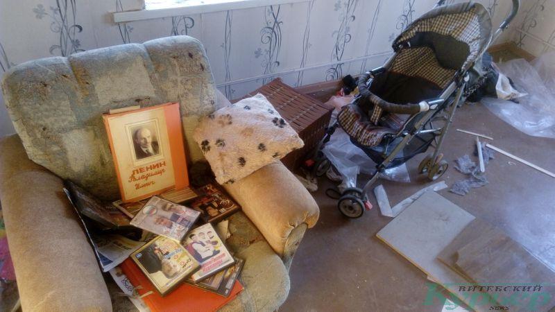 Папка с Лениным и дисками в брошенном доме