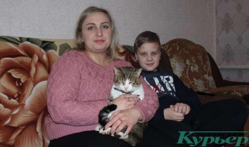 Светлана с сыном и бывшим приютским котом Семеном