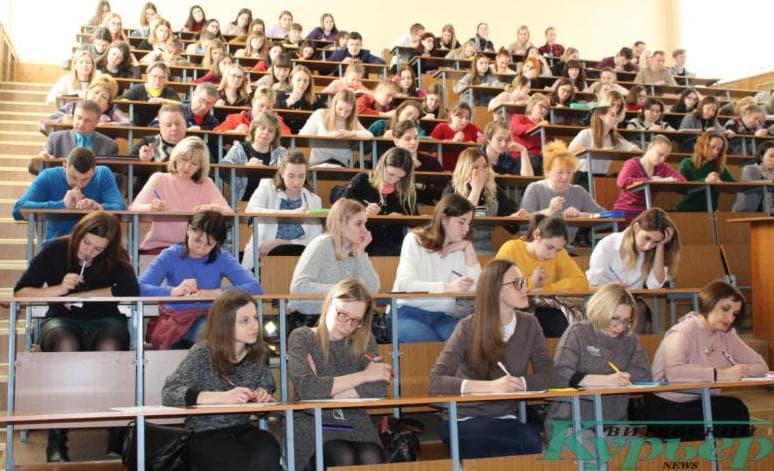 В одной из учебных аудиторий во время диктанта
