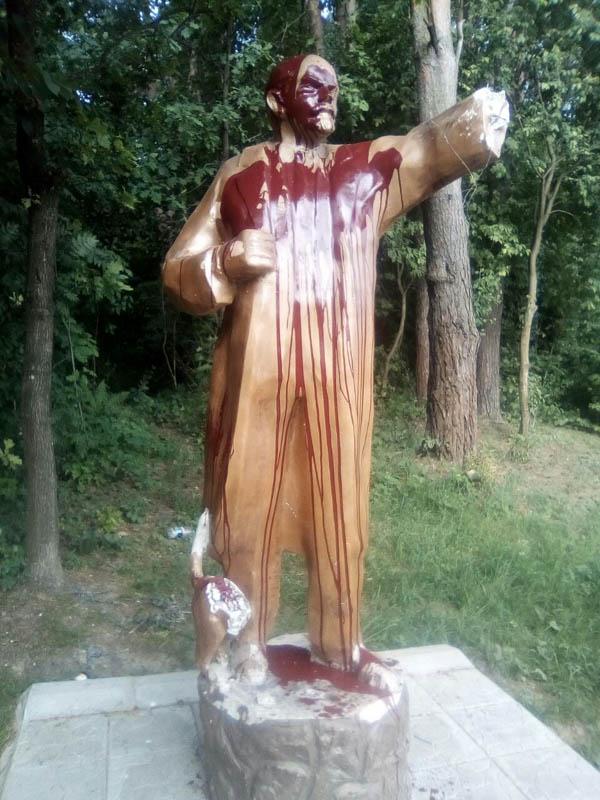 Сломанный памятник Ленину с котом