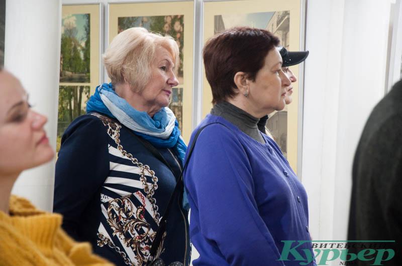 посетители выставки фотографий