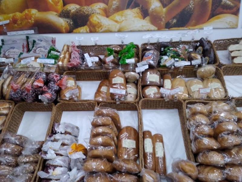 много разного хлеба в магазине