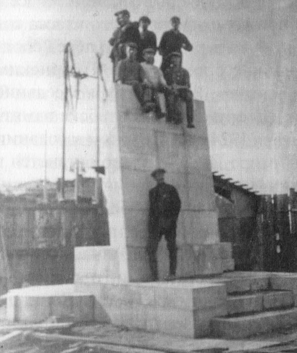 1930 год. Возведение постамента памятника Ленину