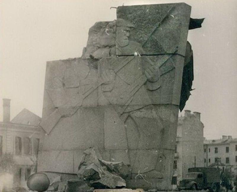 Барельефы на постаменте памятника Ленину