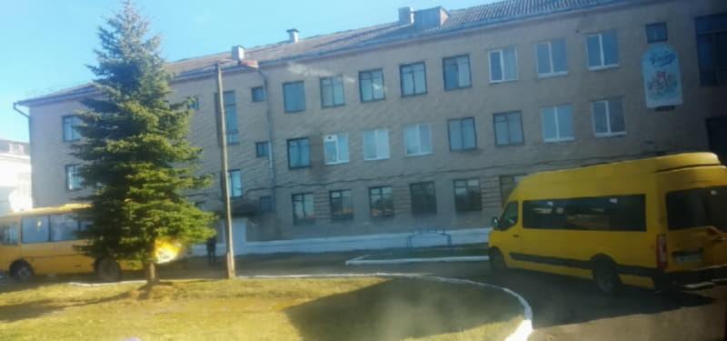 Работников привозили на школьных автобусах и микроавтобусах