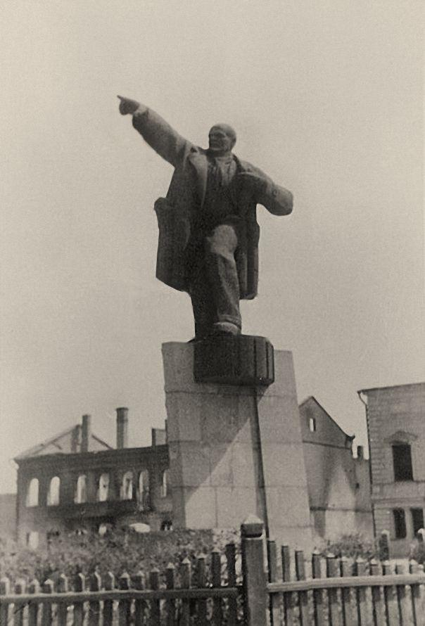 Памятник Ленину в 1941 году