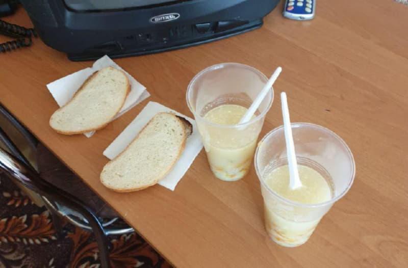 Суп подают в одноразовых стаканчиках