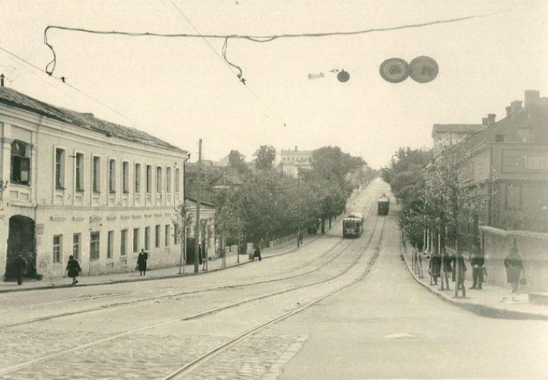 """Трамвай в """"яме"""" на улице Гоголевской"""