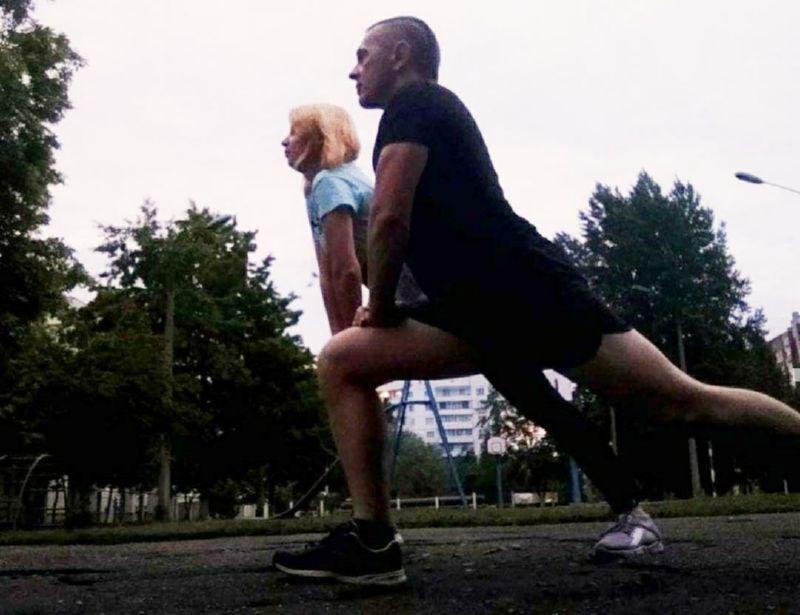 С супругой разминка перед пробежкой