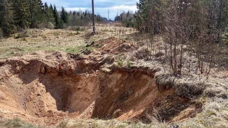 выкопанный карьер с песком