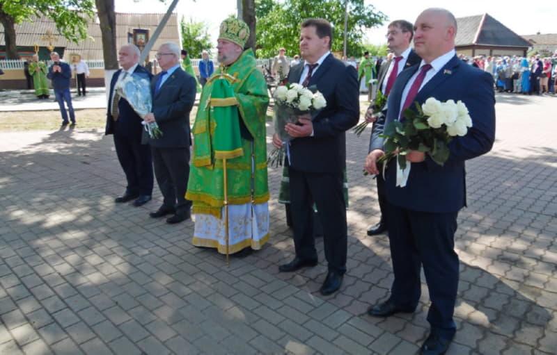 На крестный ход приехали и чиновники