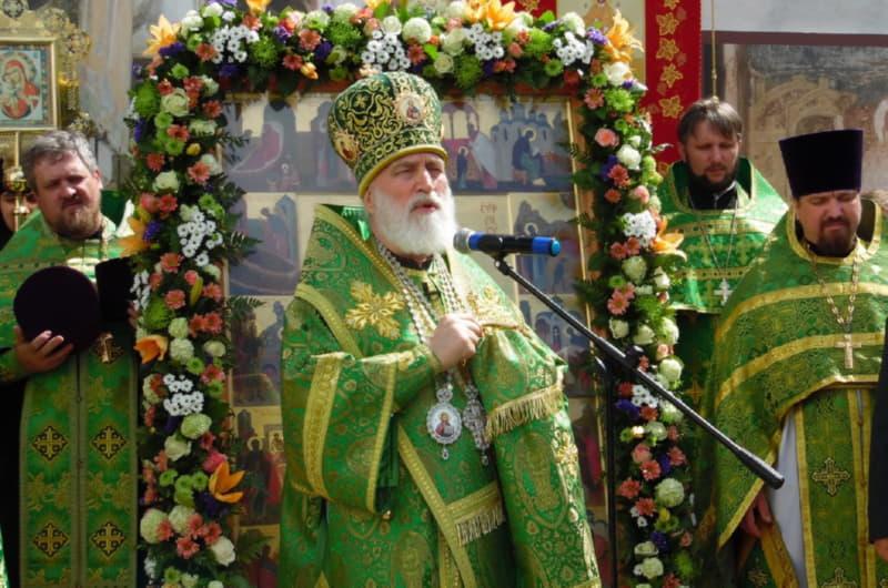 Приветствие верующих во время крестного хода