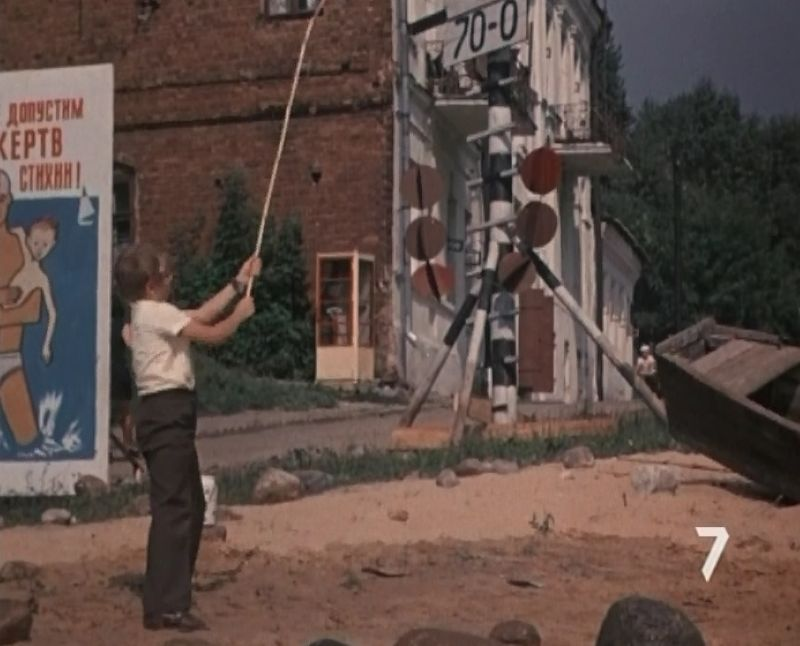 Телефонная будка у дома № 15 по улице Толстого