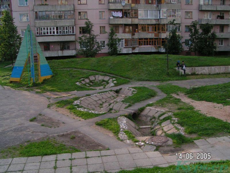 2005 год. Фонтан и флагшток во дворе