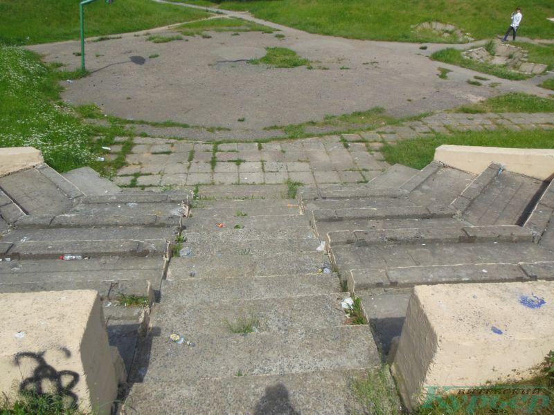 Амфитеатр и баскетбольная площадка