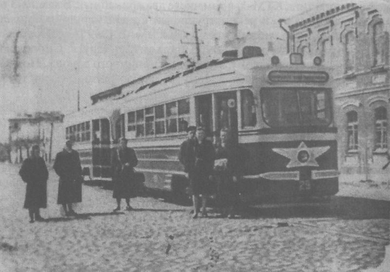 1950-е годы. Трамвай у дома № 12/2 по улице Горовца