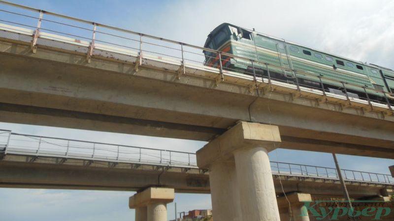 Поезд на железнодорожном мосту