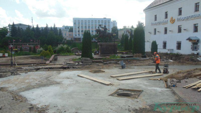 У памятника Ольгерду на Ратушной площади
