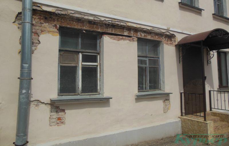 Обвалившаяся штукатурка на фасаде 4-го коммунального дома