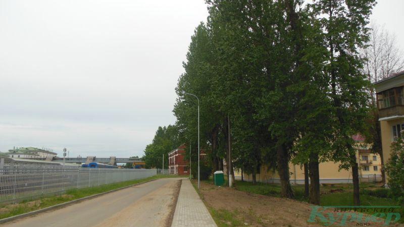 Дорога вдоль железнодорожных путей