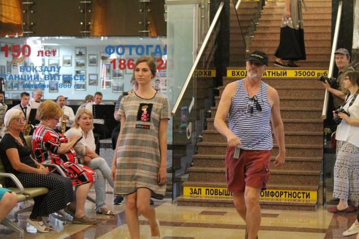 модное дефиле на вокзале в Витебске