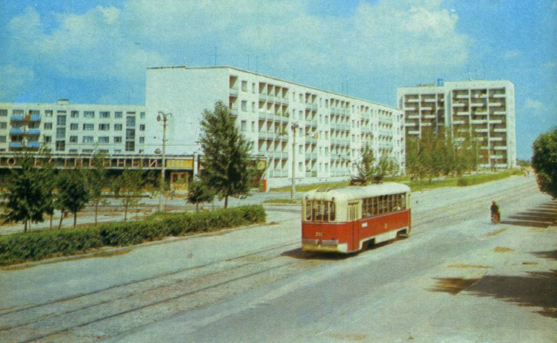 "1974 год. Трамвай у магазина ""Колос"""