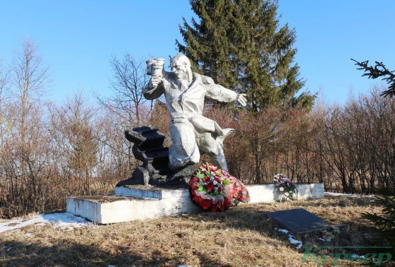 Памятник Анатолию Угловскому у поворота на Вымно