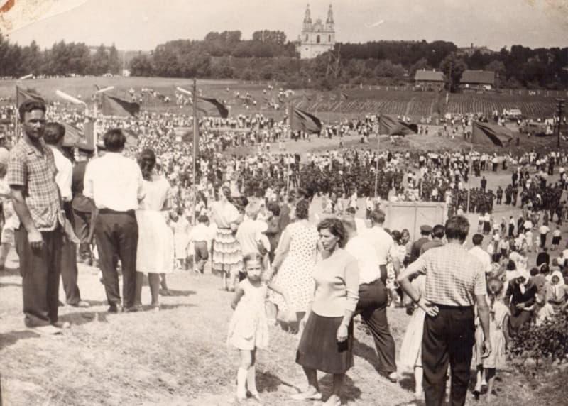Полочане в парке имени 50-летия Советской власти