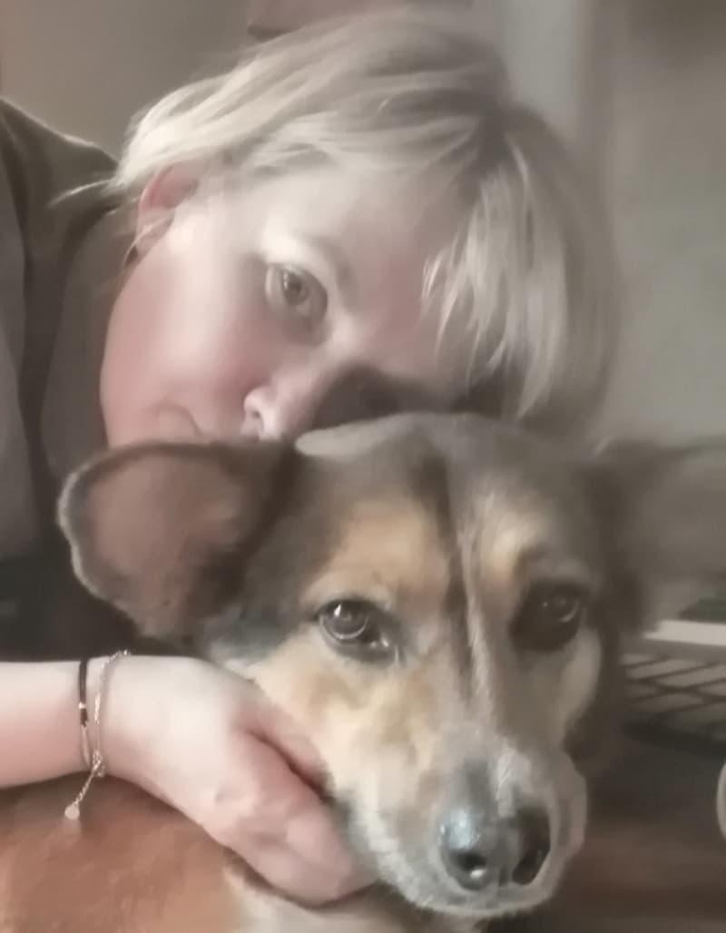 Инга с любимой собакой из приюта