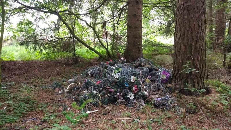 мусор с кладбища на свалке