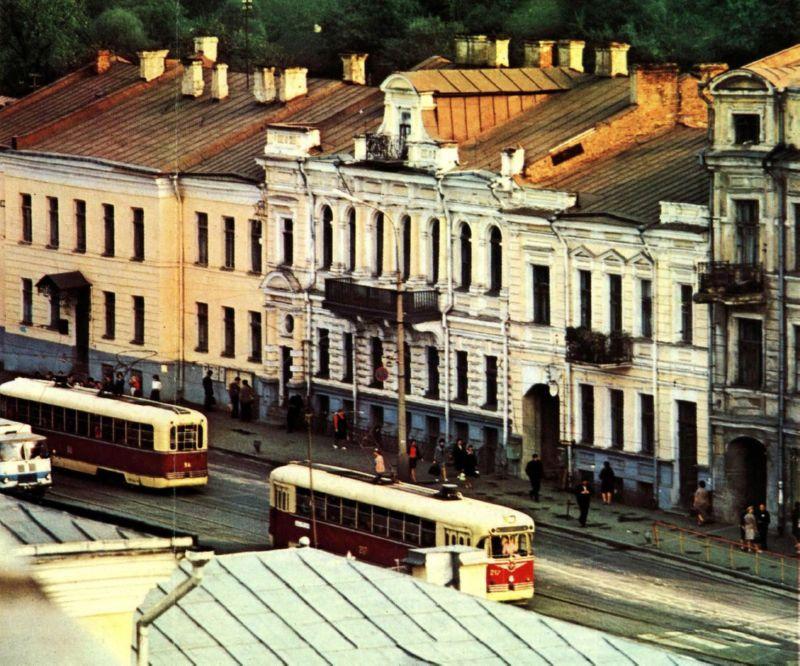 1974 год. Трамваи у здания фармацевтического факультета мединститута в начале проспекта Фрунзе