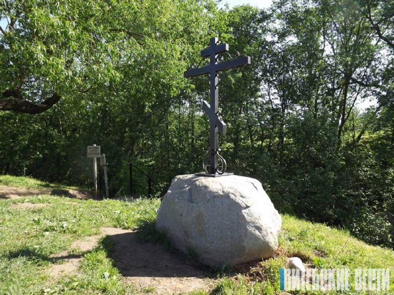 Крест у спуска к роднику Иоанна Крестителя