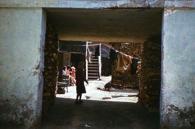 1970-е годы. Проход во двор дома № 15 по улице Толстого