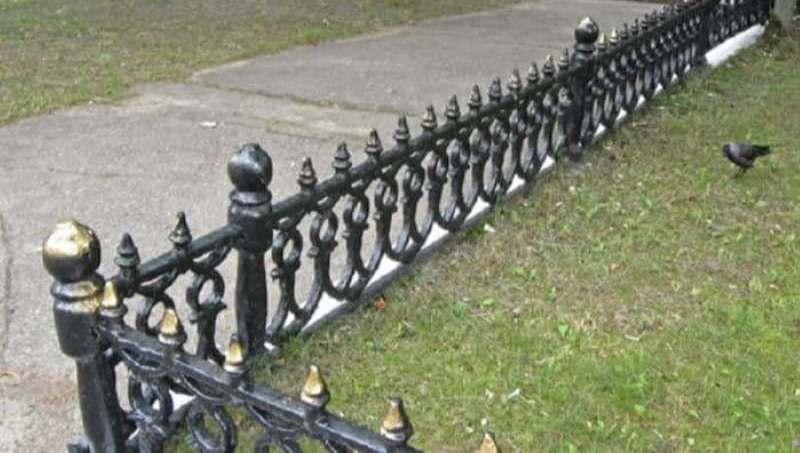 Покрасили забор на проспекте Черняховского