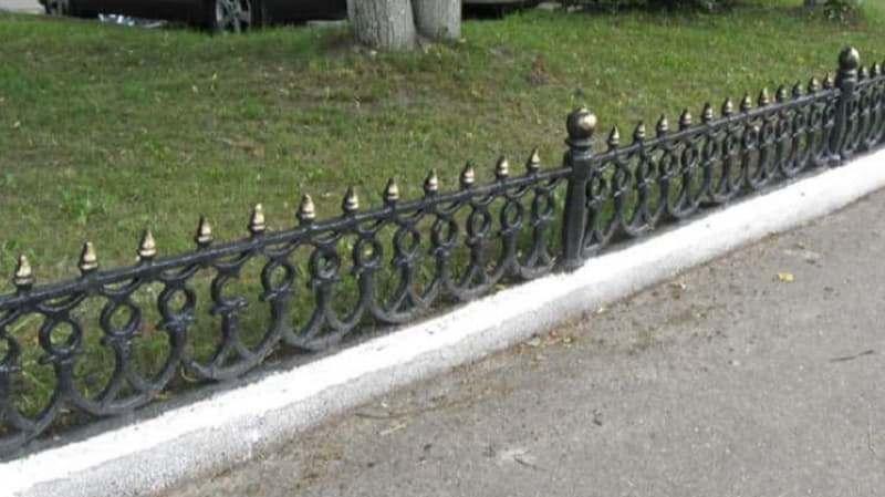 Покрашенный забор на Черняховке