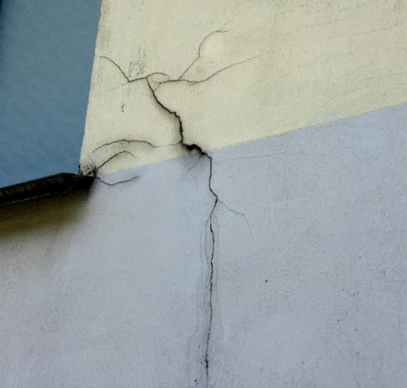 Трещина на утепленном фасаде
