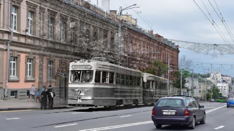 Старый трамвай на современной улице