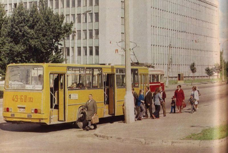 """1976 год. Желтый """"Икарус"""" на проспекте Черняховского"""