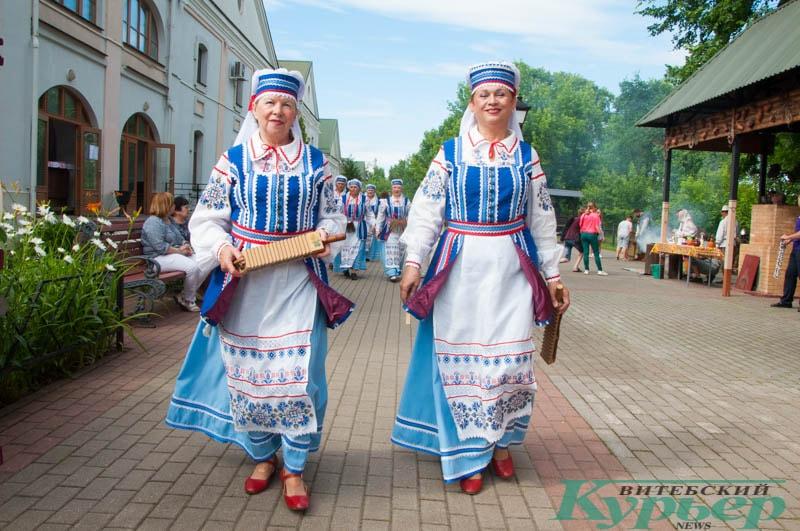 женщины в национальном белорусском костюме