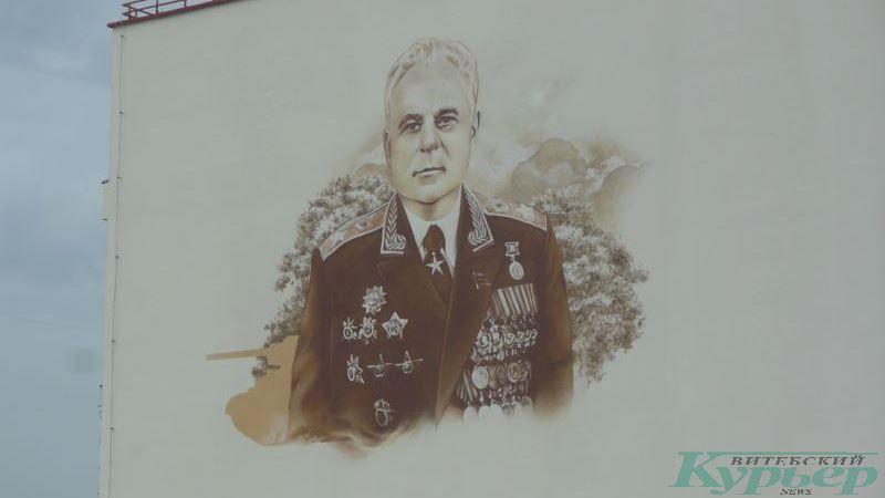 Портрет Героя Советского Союза Евгения Ивановского над входом в школу