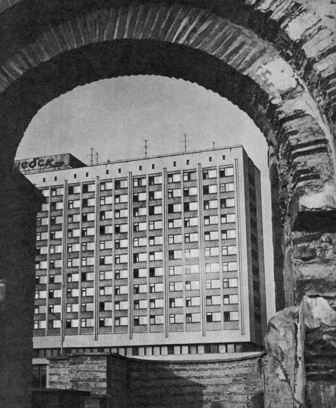 1982 год. Вид гостиницы из руин Благовещенской церкви