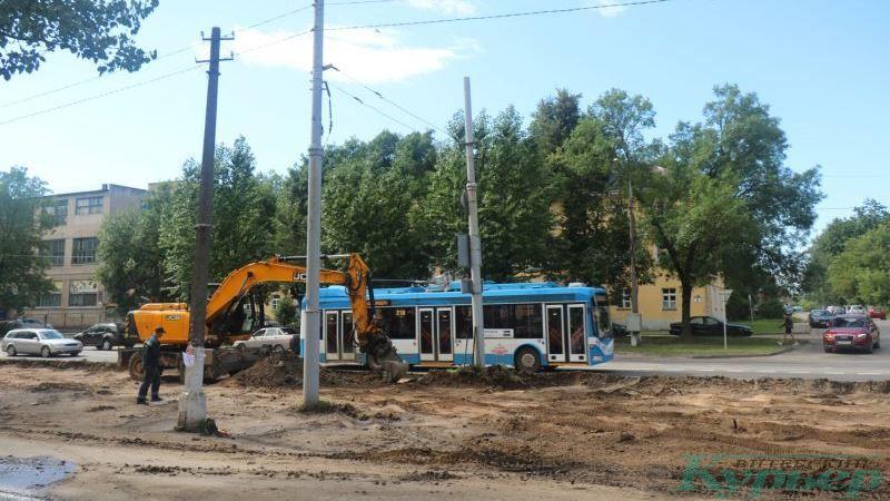 Экскаватор и троллейбус на улице Гагарина