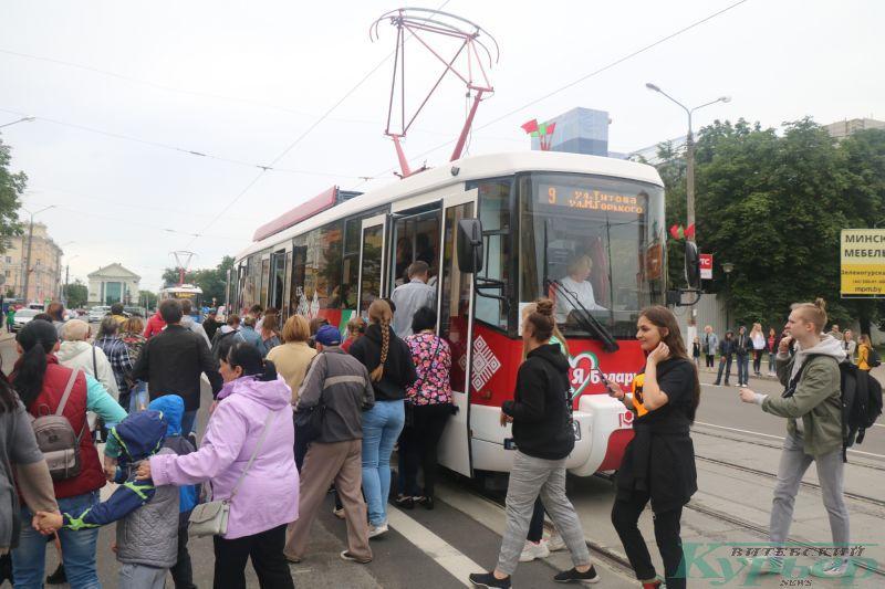 Зрители спешат занять место в трамвае