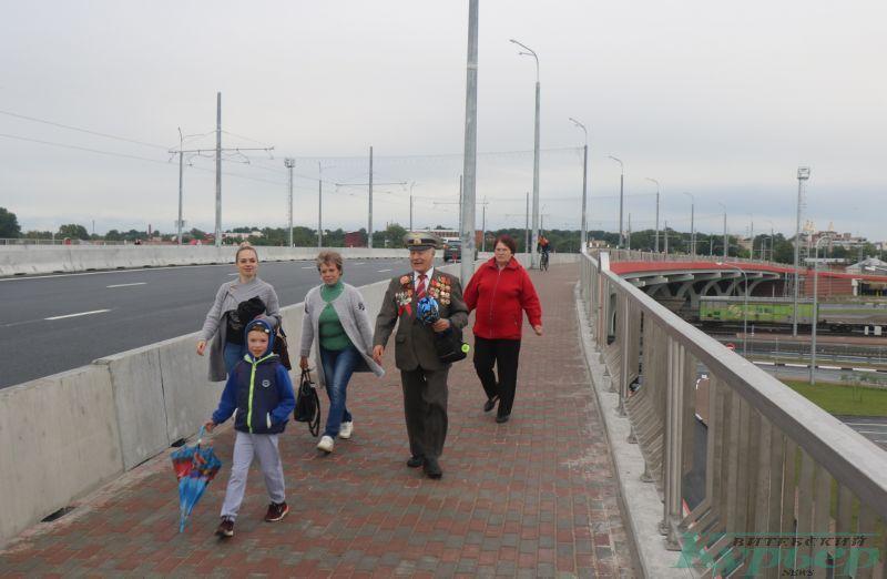 Пешеходы на Полоцком путепроводе
