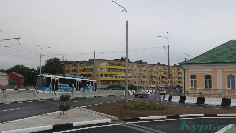 Трамвай спускается по новому Полоцкому путепроводу